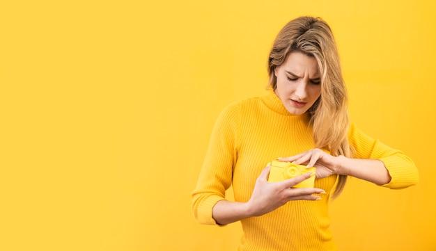 Женщина с старой желтой камерой