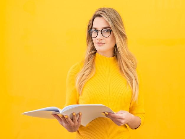 メガネとノートを持つスマートな女性