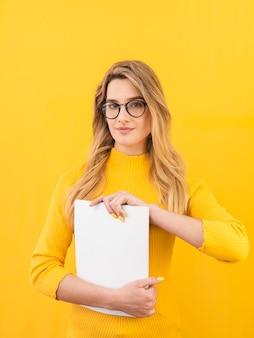 メガネとノートを持つ女性