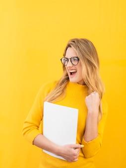 眼鏡をかけているスマートな女性