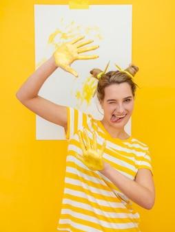 Женщина рисует руками