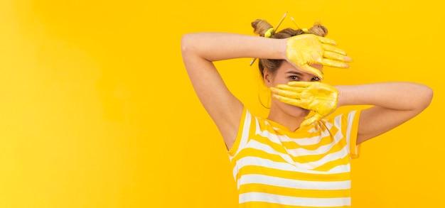 黄色のペンキで神秘的な女性