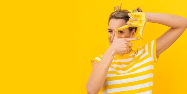 写真を撮る塗られた手を持つ女性