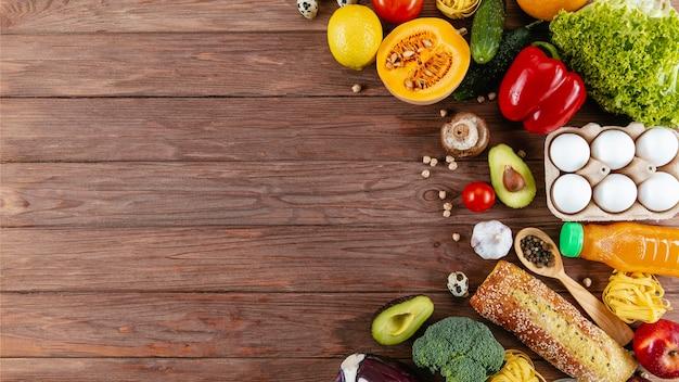 Плоская кладка много овощей с яйцами и копией пространства