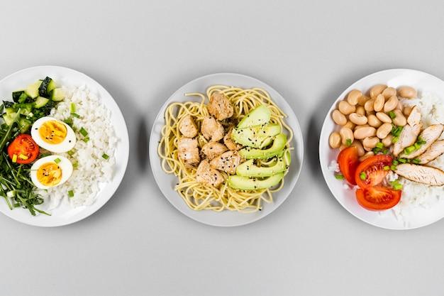 異なる食事のプレートのトップビュー