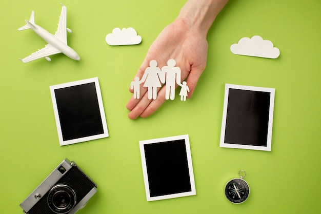 Бумажная семья с мгновенными фотографиями и камерой