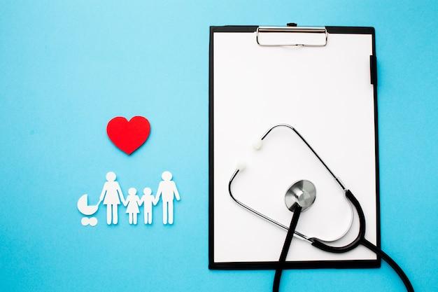 紙カット家族と医療聴診器