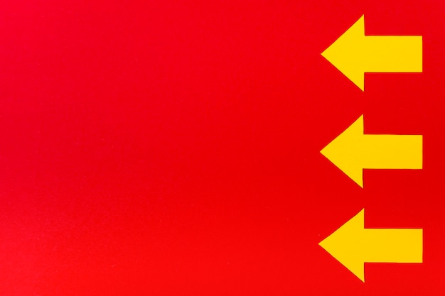 赤の背景に黄色の矢印