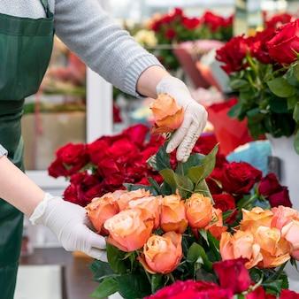 Крупным планом женщина смотрит после цветов