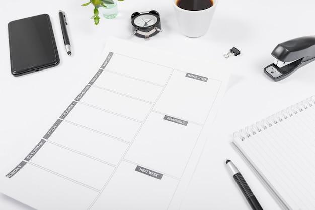 空のカレンダーとビジネスデスクの配置