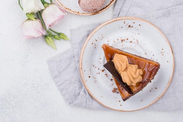 マカロンとバラの皿の上のケーキ