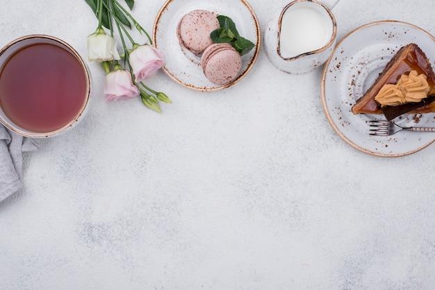 Вид сверху торт с чаем и копией пространства