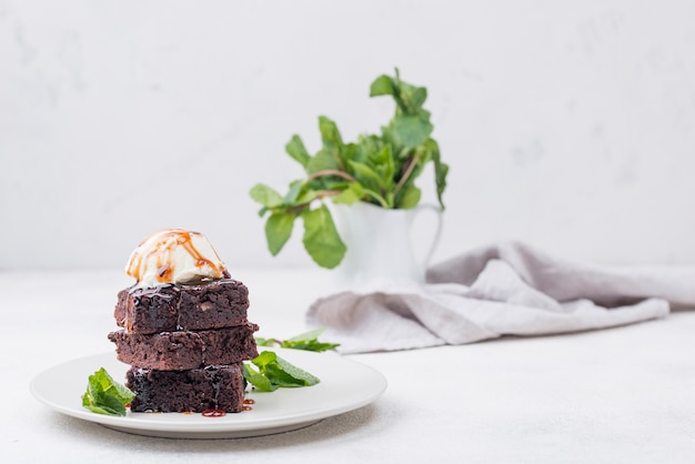 トッピングとミントのプレート上のケーキ