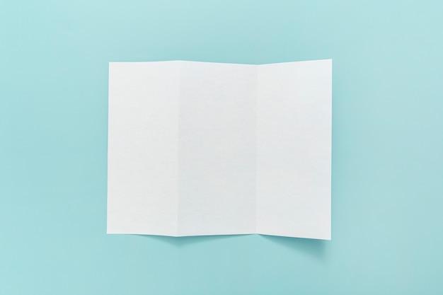 テーブルの上の三つ折りパンフレット