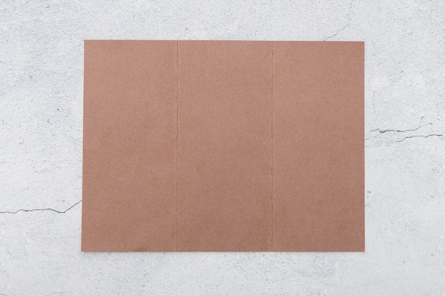 Плоский лежал сложенный розовый брошюра