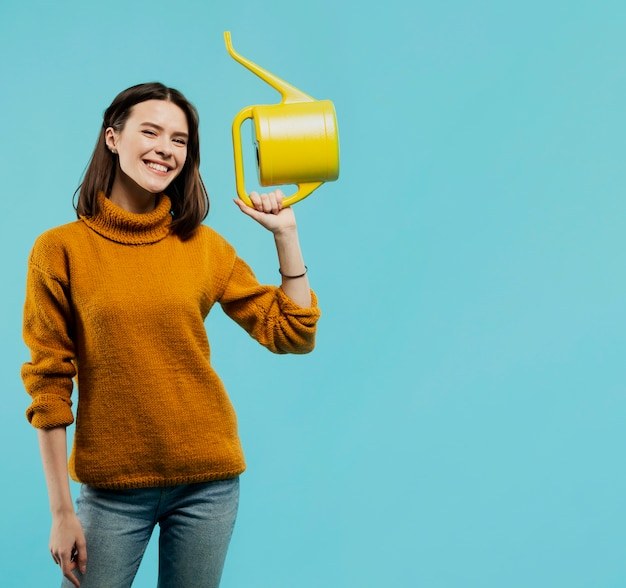 水まき缶を持つ女性のミディアムショット