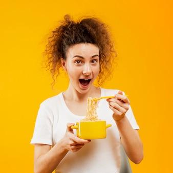 麺を食べる女性の正面図