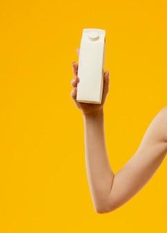 牛乳瓶を保持している女性の正面図