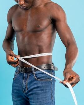 身体測定テープを持つ男