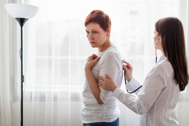 医療上の問題を持つ年配の女性
