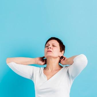首の痛みを持つ年配の女性