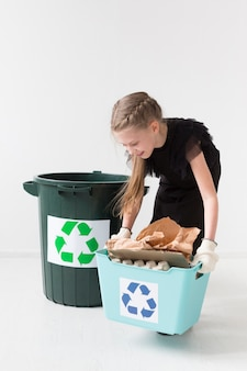 リサイクルかわいい若い女の子の肖像画