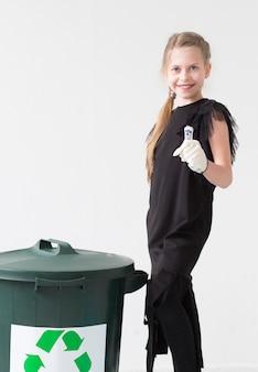 リサイクルして幸せな肯定的な若い女の子