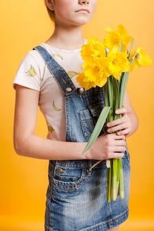 Макро девушка с цветами