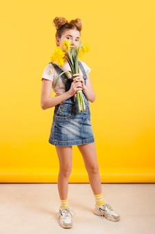 Высокий угол девушка с цветами