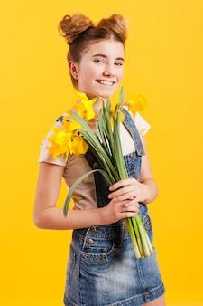 Улыбающаяся девушка с цветами