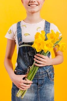 Крупным планом девушка с цветами в руках