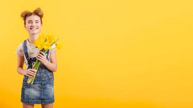 花を持つコピースペース少女