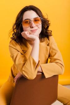 Смайлик женщина с очками