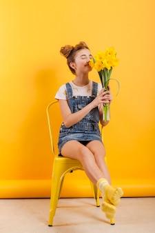 Молодая девушка пахнущие цветы