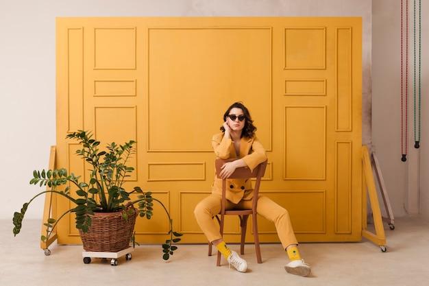 椅子にサングラスを持つ女性