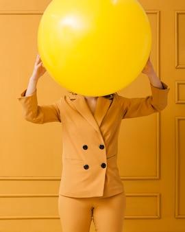 Крупным планом женщина с большим мячом