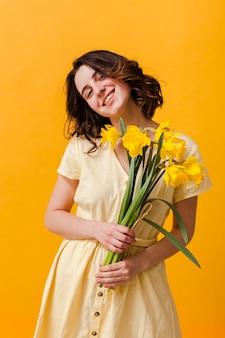 花とスマイリー女性