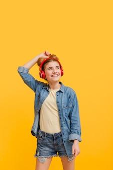 コピースペースの女の子が音楽を聴く