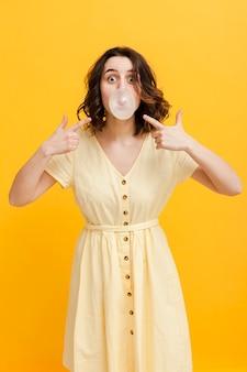 風船ガムを指す女性