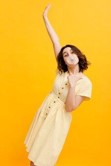 風船ガムを食べる女性