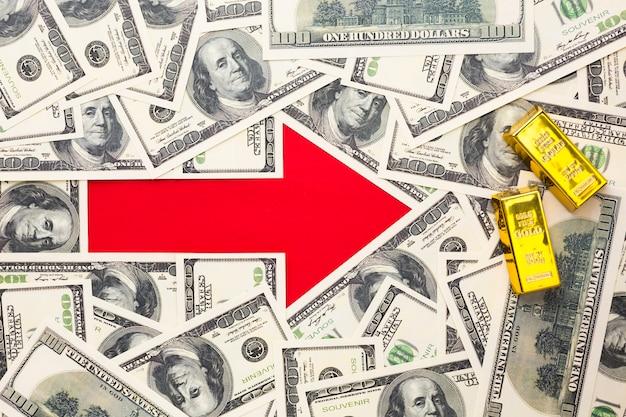 紙幣の背景を持つ矢印のトップビュー