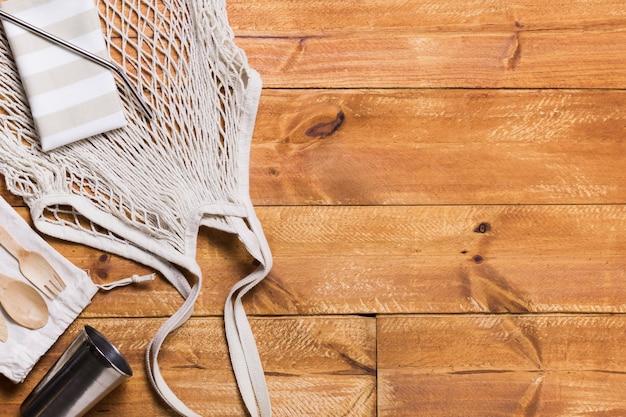 コピースペース付きの木製の床に廃棄物ゼロ