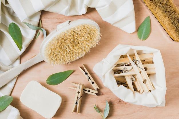 フラットは、洗濯はさみで木製の背景に廃棄物ゼロの品揃えを置く