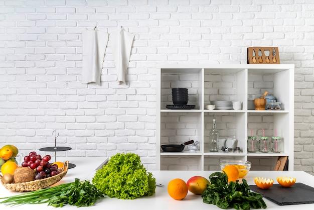 Вид спереди кухни с посудой и ингредиентами
