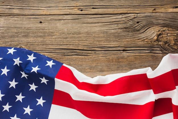 コピースペースを持つ木材にアメリカの国旗のフラットレイアウト