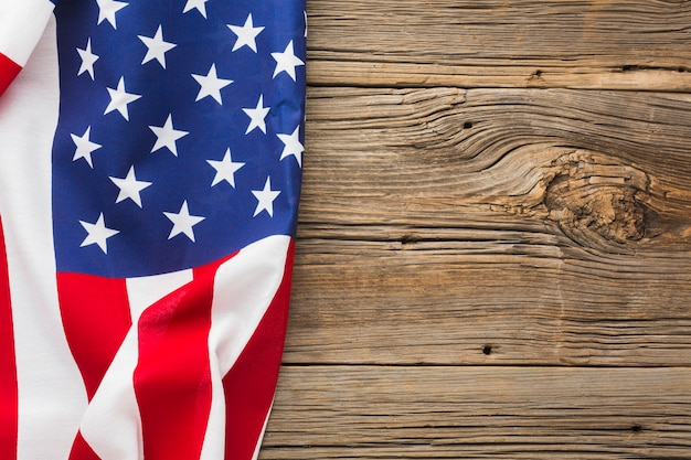 Вид сверху американского флага на дереве с копией пространства