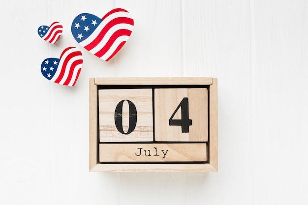 日付とハート型のアメリカ国旗のトップビュー