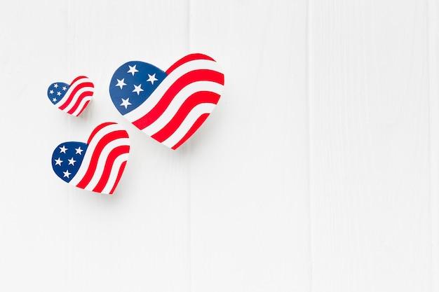 コピースペースを持つハート型のアメリカ国旗のトップビュー