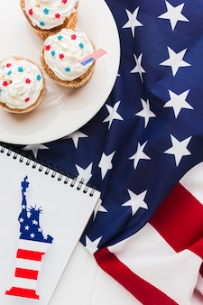 アメリカの国旗と自由の女神像とカップケーキのトップビュー