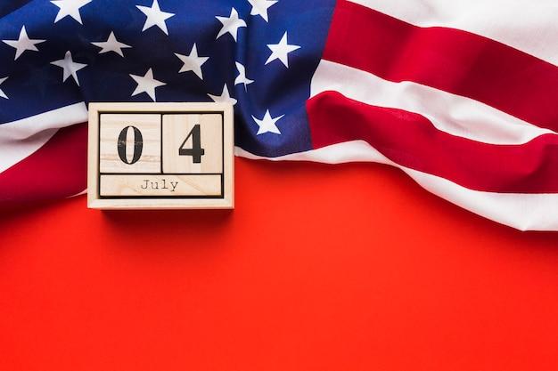 日付とアメリカの国旗のフラットレイアウト